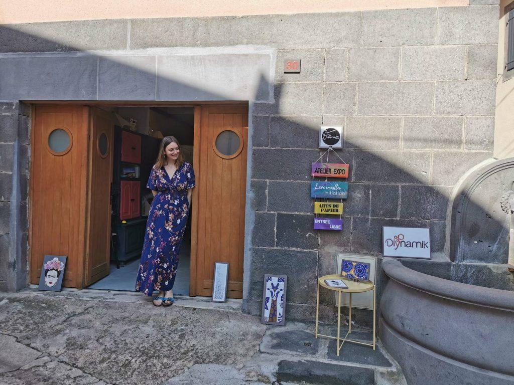 Coline Lespinasse devant son atelier dans le bourg de Volvic