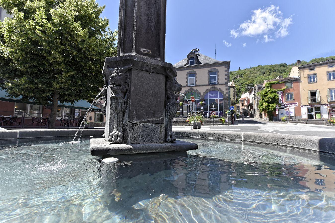 Fontaine et Office de Tourisme à Volvic